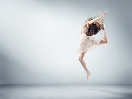 tanzen: Flexible junge Frau in Ballett-Figur