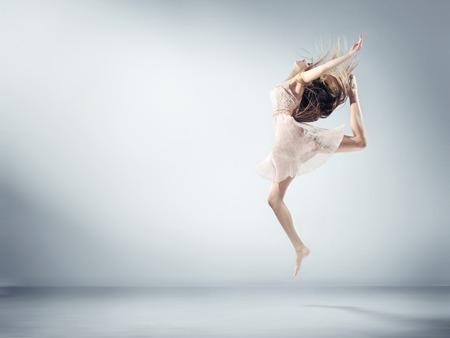 baile: Mujer joven flexible en la figura de ballet