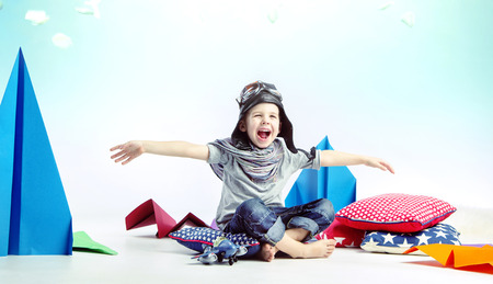 Carino ridendo bambino come pilota