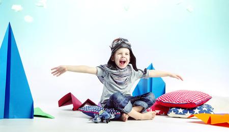 juguetes: Ni�o riendo Lindo como piloto Foto de archivo