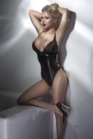 Nude blonde woman: Atractiva mujer rubia con un cuerpo perfecto