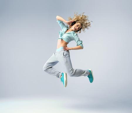 cantando: Fine tiro de la Mujer de salto Foto de archivo