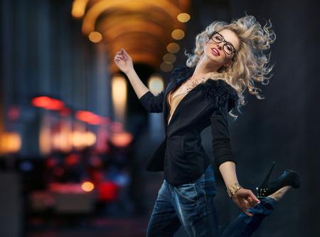 vestido de noche: Retrato de la atractiva señora que lleva en el centro de la ciudad