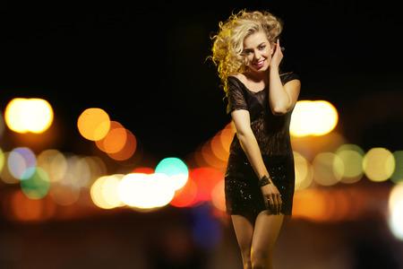 vestido de noche: Mujer atractiva en la ciudad de noche Foto de archivo