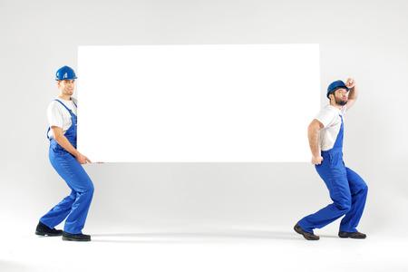 hombres guapos: Dos hombres guapos que llevan el tablero