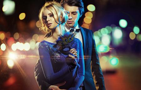 parejas jovenes: Retrato de un hombre y una mujer con una máscara de carnaval Foto de archivo