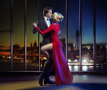 mujer elegante: Baile de los pares en la parte superior del rascacielos moderno