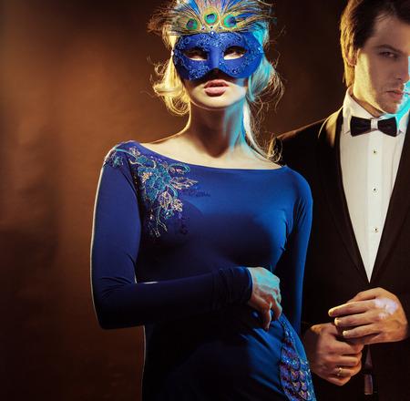 antifaz carnaval: Chico guapo con su encantadora esposa