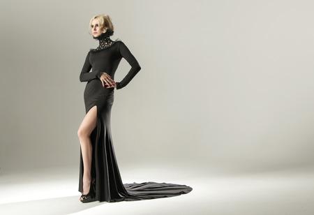 mujer elegante: Mujer rubia imponente que desgasta elegante vestido negro