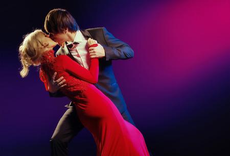 donna che balla: Elegante giovane coppia nella danza dell'amore Archivio Fotografico