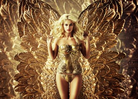 황금 날개를 가진 금발 유혹 여자 스톡 콘텐츠