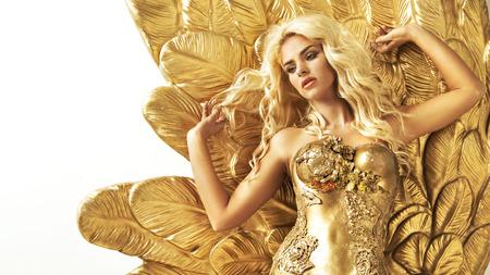 Mujer de fascinación con las alas de oro Foto de archivo - 37566441
