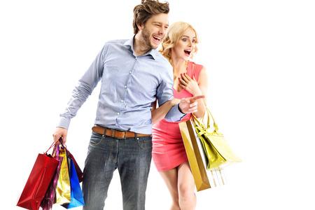 売り上げ高を見て魅力的な若いカップル