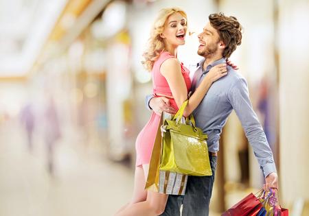 Ravi jeune couple hantise pour les occasions Banque d'images - 37533757