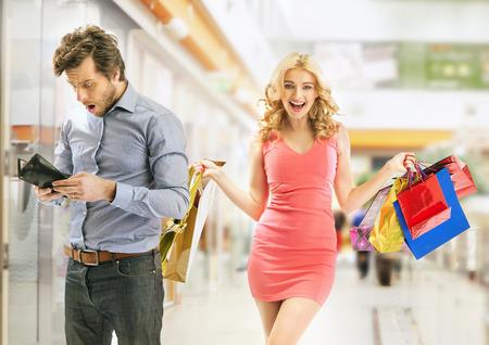 hombre pobre: Pobre hombre sorprendido del resultado de las compras
