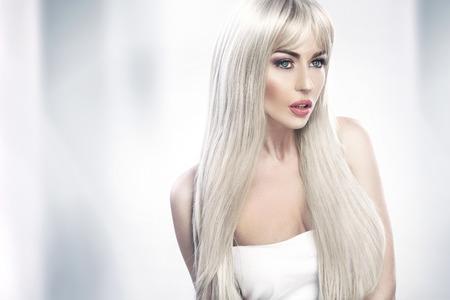 Verführerische junge Frau mit langen blonden Haaren