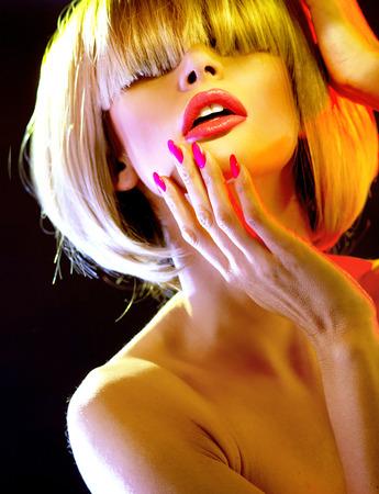naked young women: Крупный план портрет белокурой женщины с модной бахромой