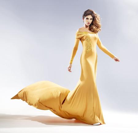 morena: Atractiva mujer vestida con un traje de noche de lujo