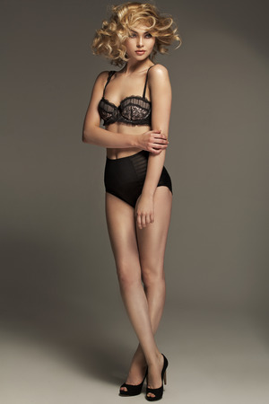mujer sexy: Impresionante mujer llevaba ropa interior sensual