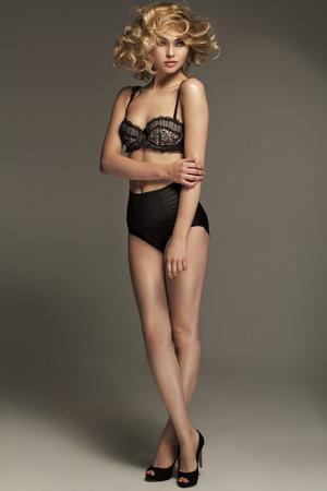femme chatain: Superbe femme portant de la lingerie sensuelle Banque d'images