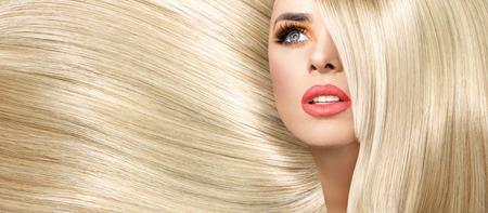 cabello corto: Retrato de la mujer con el peinado recto y espeso