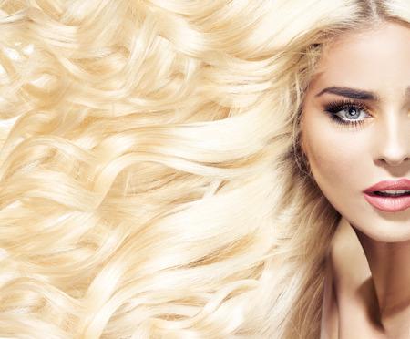 Porträt einer Frau mit modischen Haarschnitt Standard-Bild - 38261382