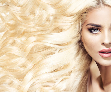 cabello corto: Retrato de una mujer con corte de pelo de moda