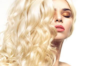 Portret van de vrouw met krullend en bossig coiffure