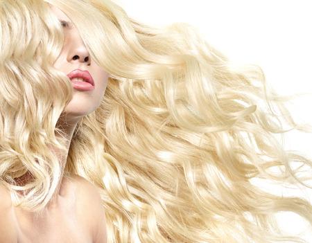 Belle frappe d'un modèle féminin avec coiffure touffue