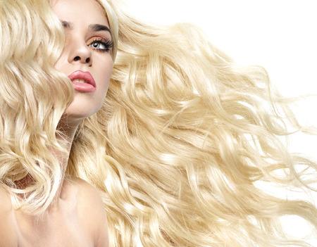 capelli biondi: Ritratto di una donna con i capelli ricci e folti