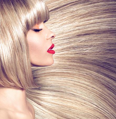 Fotografia profilo di una donna con taglio di capelli lungo rettilineo