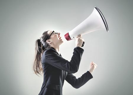 megafono: Retrato de una mujer de negocios muy gritando sobre el megáfono