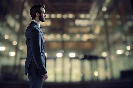 Elegante jonge man in de luxe kantoorgebouw