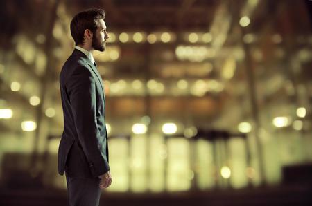 empresarios: Retrato de un joven hombre de negocios en el edificio de oficinas Foto de archivo
