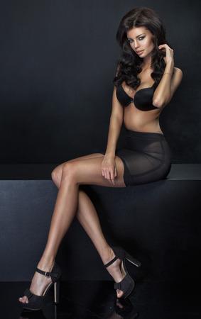 tacones negros: Jovencita delgada con cuerpo bronceado sexy