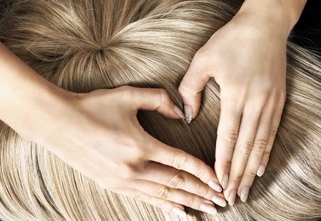 Cuore segno sul parrucchino biondo