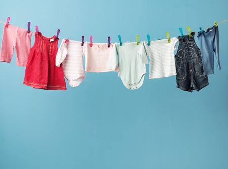 濡れた todler の服が乾いています。 写真素材