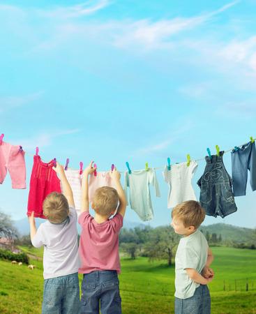 かわいい子供の洗濯を行う