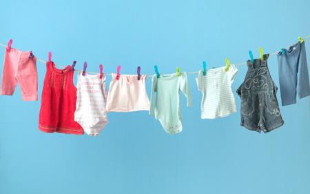 file d attente: Vêtements bébé coloré se sécher Banque d'images