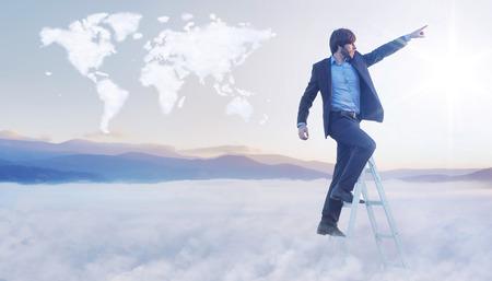 conceptual map: Imagen conceptual del hombre de negocios sobre el mapa del mundo de nubes Foto de archivo
