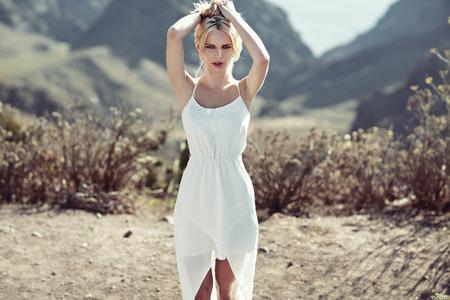 sexy young girl: Чувственный блондинка девушка ходить в пустыне