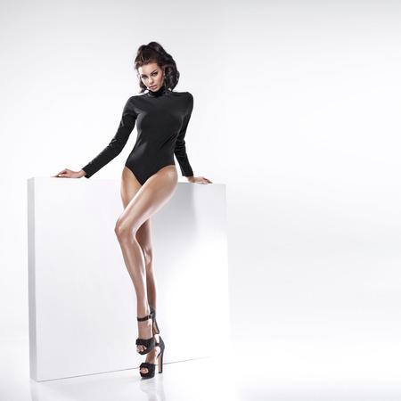 morena: Señora hermosa joven con las piernas tentadoras Foto de archivo