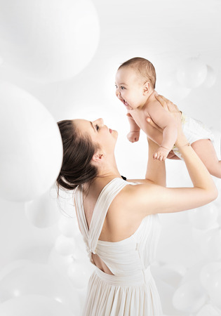 Mooie moeder met haar geliefde peuter Stockfoto