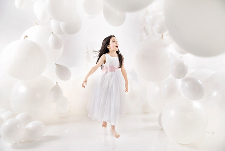 Potěšen kluk mezi četnými balónky