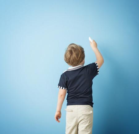 かわいい男の子がチョークで書いて 写真素材