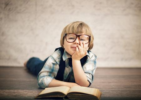 聰明的孩子讀一本書 版權商用圖片