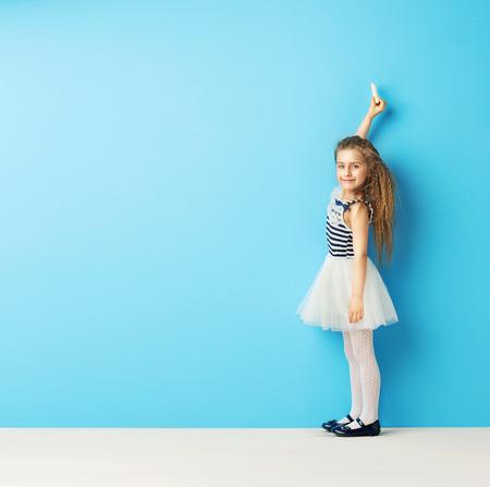 Bambino carino scritta sul muro con il gesso Archivio Fotografico - 40322670
