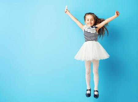 Charming Kind mit einem Stück Kreide Standard-Bild - 40322678
