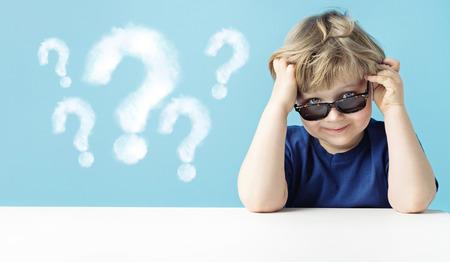 Rapaz pequeno bonito com perguntas