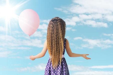 petite fille avec robe: Petite fille et le ballon rose Banque d'images